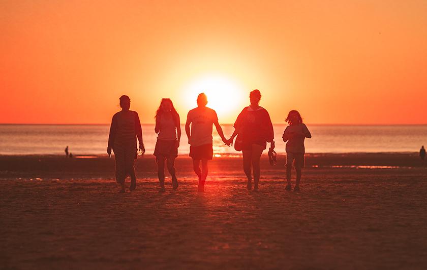 fem personer i solnedgång