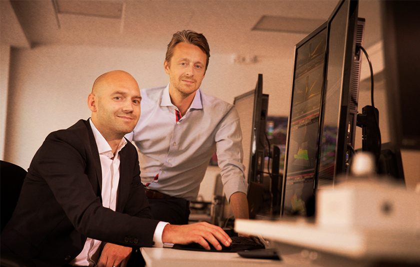två män vid dator
